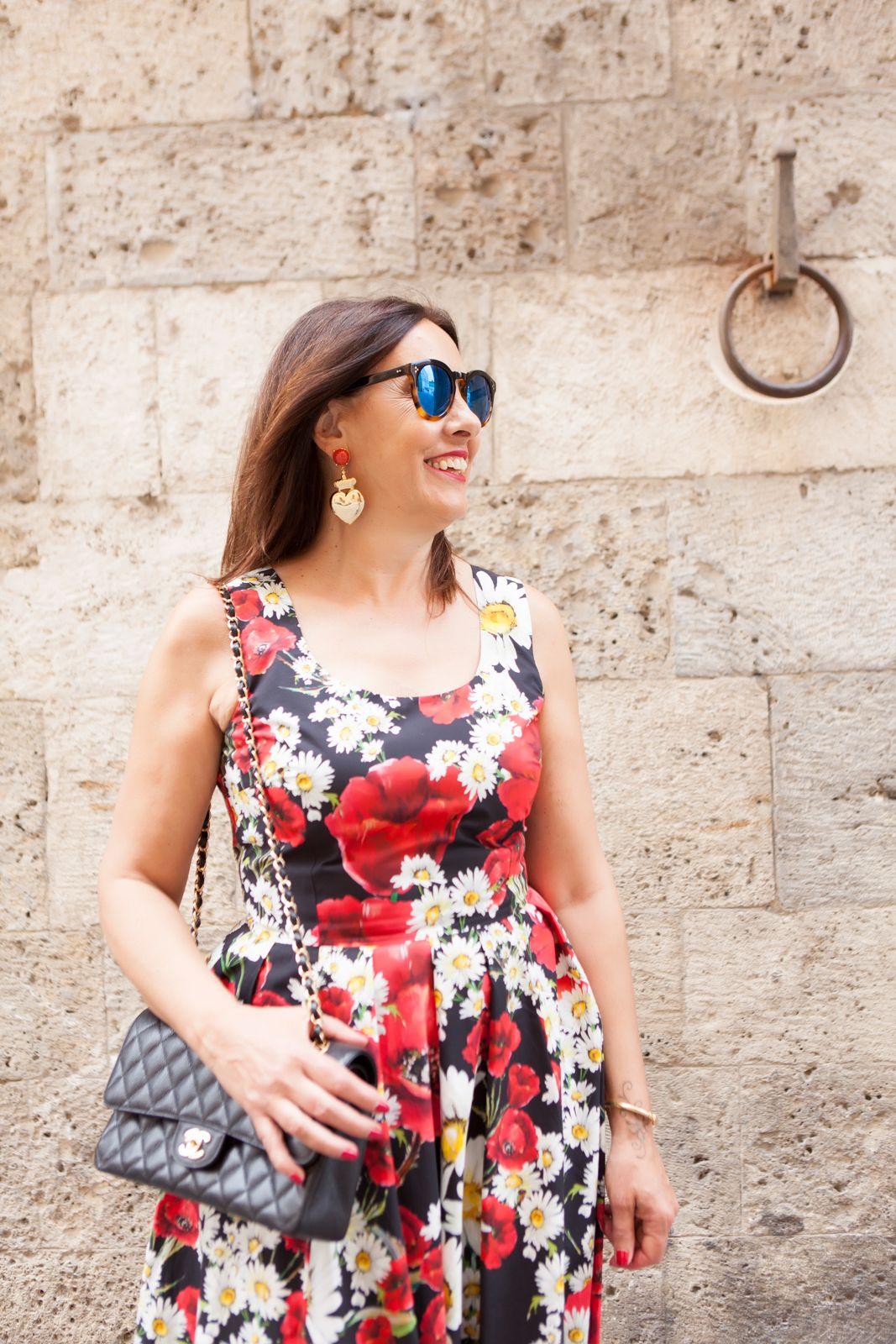My dress is a flower garden - illesteva sunglasses, dolce gabbana flower dress, amle earrings, marni sandals. photo shooting in Siena - Not Only Twenty Fashion blog