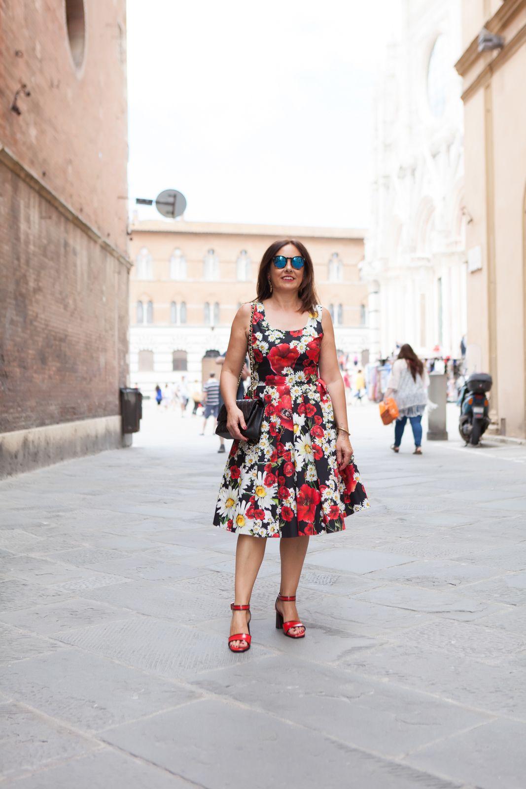 My dress is a flower garden - illesteva sunglasses, dolce gabbana flower dress, amle earrings, marine sandals. photo shooting in Siena - Not Only Twenty Fashion blog