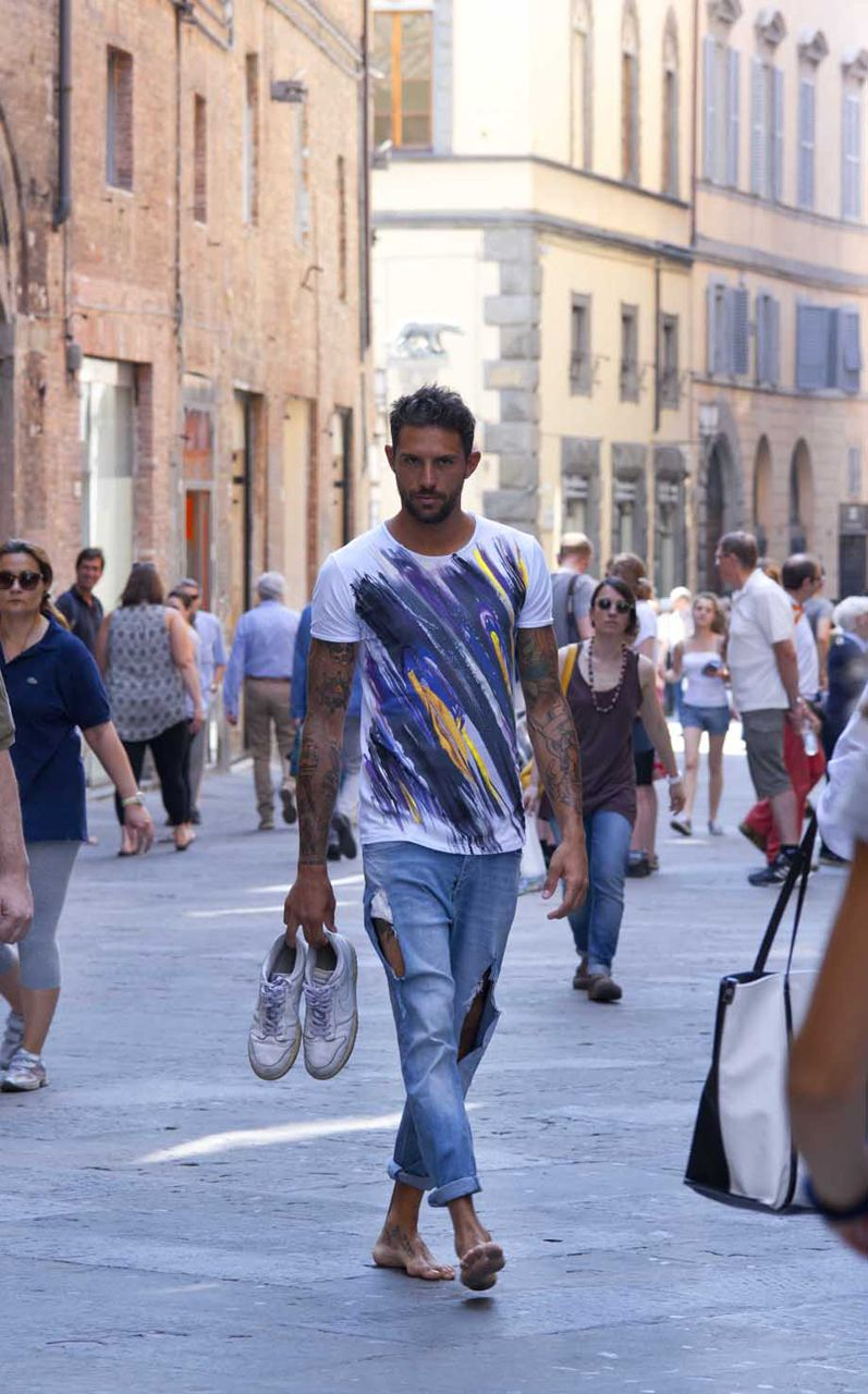 ZakSlice, when art becomes fashion - It comes from Siena the artistic duo that will allow you to wear amazing paintings - man with ZakSliceproget t-shirt - not only twenty fashion blog #fashionover40