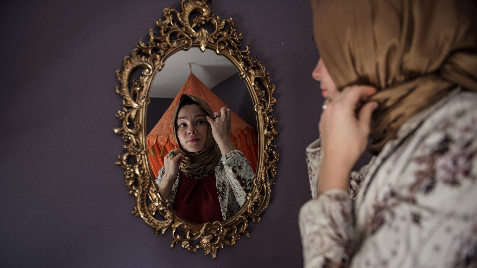 """Islam in America"" - Holly Gobelez, at home in Glenn Dale, Maryland. Ph Lynsey Addario. 125 anniversary Vogue US - Not Only Twenty, fashion blog over 40"