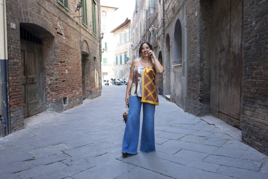 Cosa indossare con i jeans: il top con i foulard