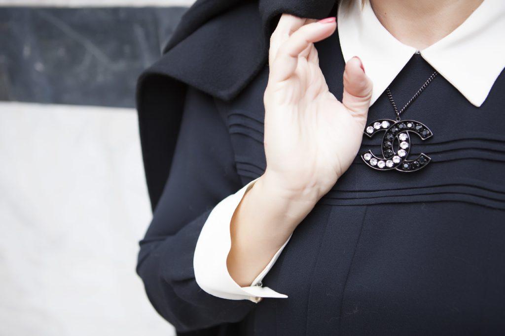 come abbinare la collana al vestito